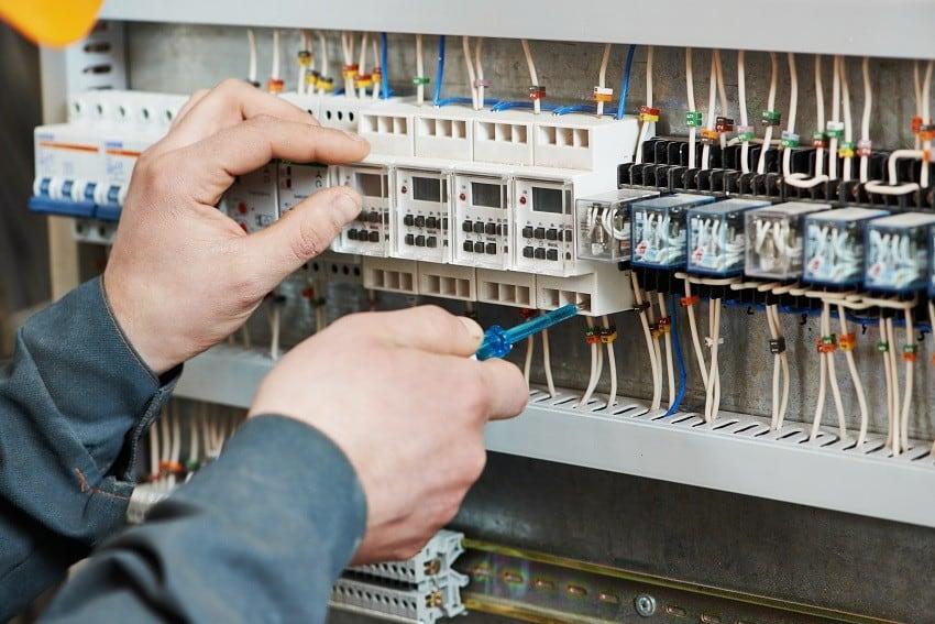 elektryk wymienia bezpiecznik