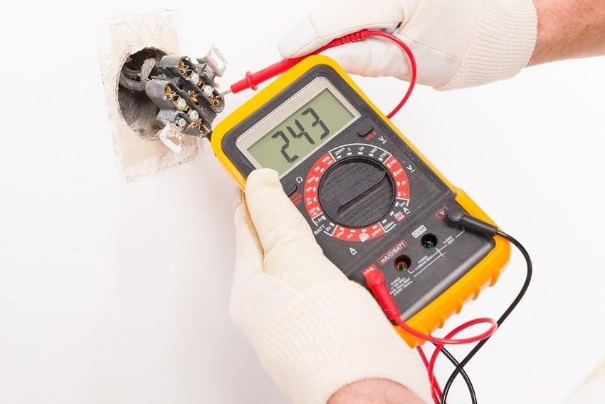 pomiar elektryczny przez elektryka