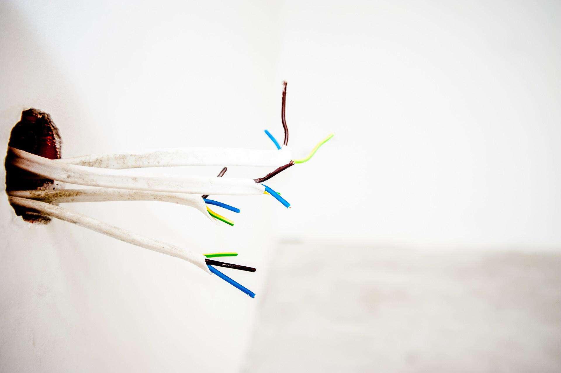 przewody elektryczne wystające ze ściany
