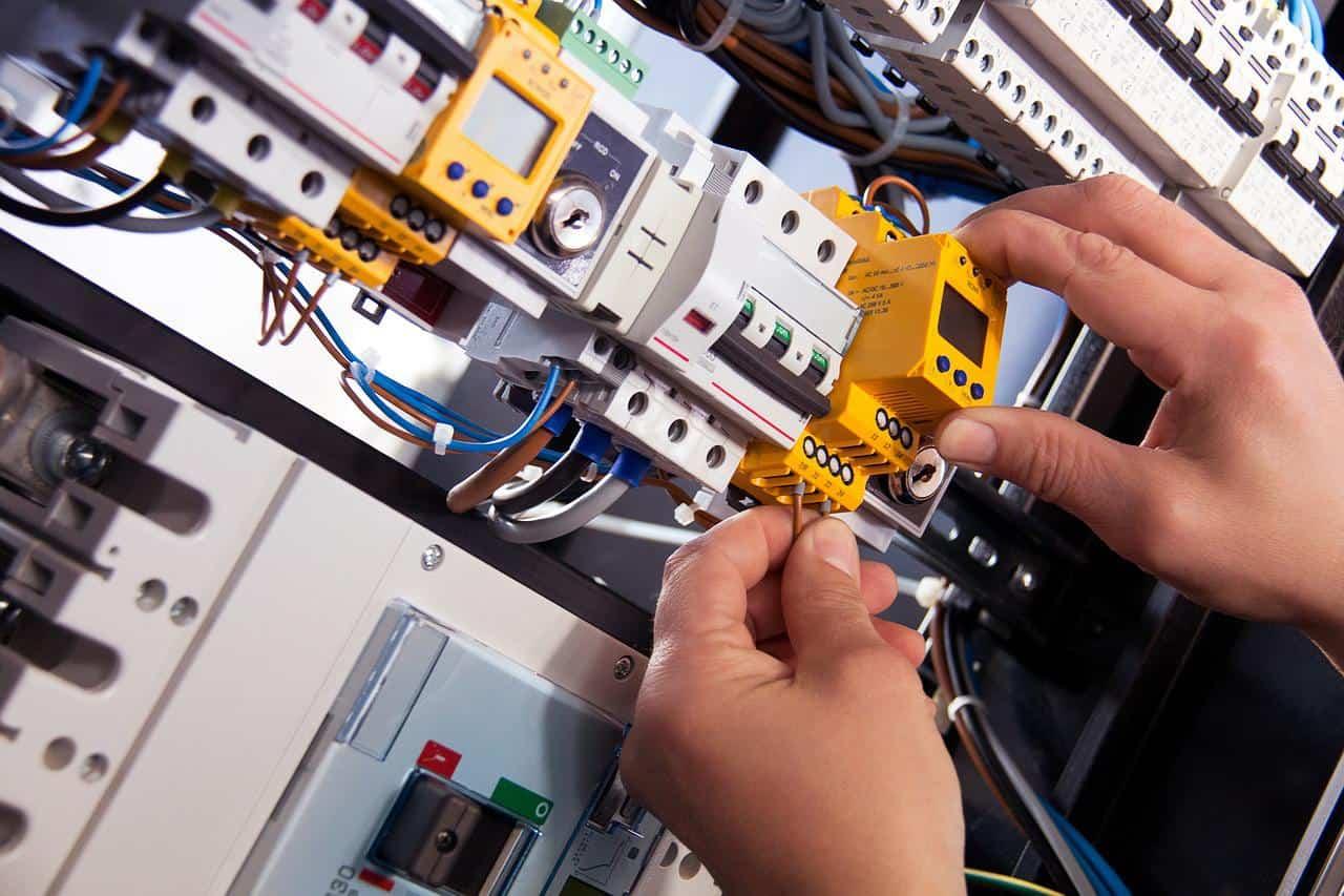 prace przy skrzynce elektrycznej