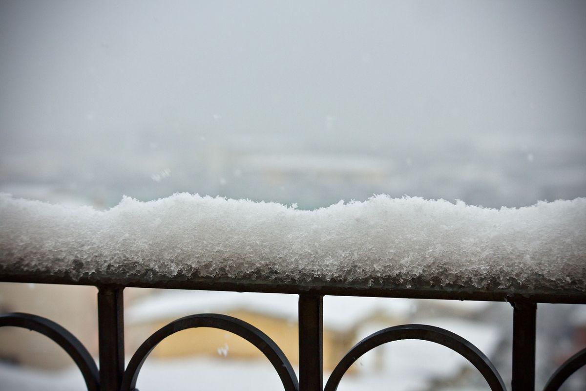 zaśnieżona balustrada balkonowa