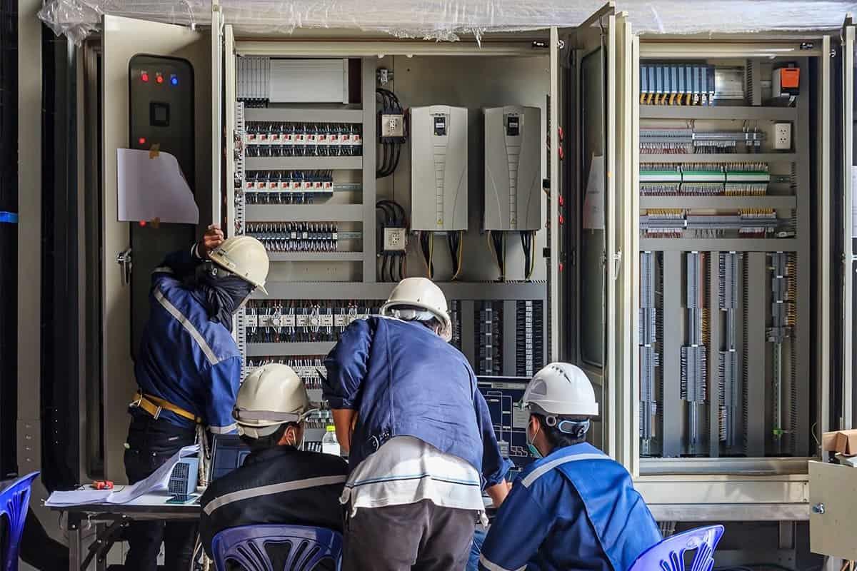 elektrycy przy dużej szafie elektrycznej
